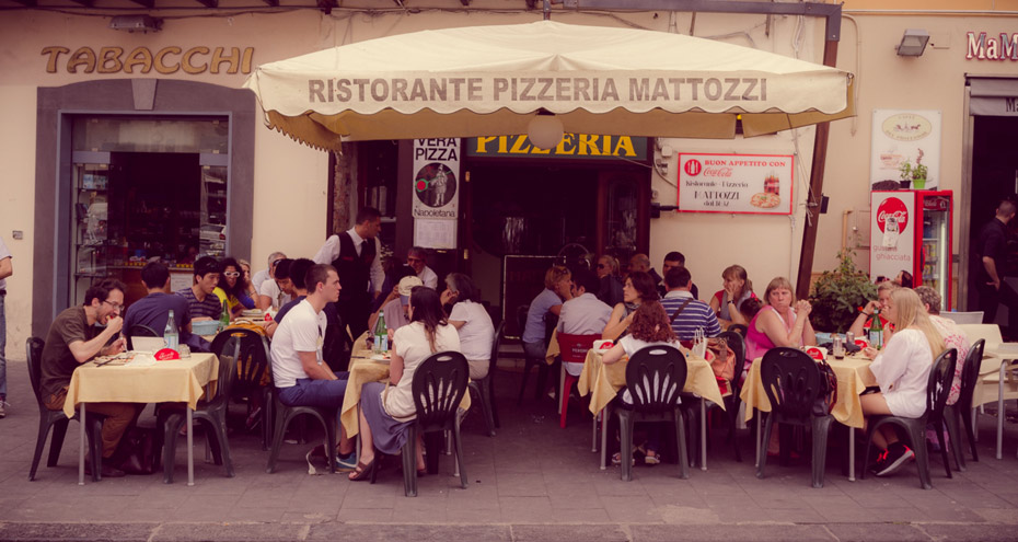 Looking for a restaurant pizzeria in the heart of Naples for your group?